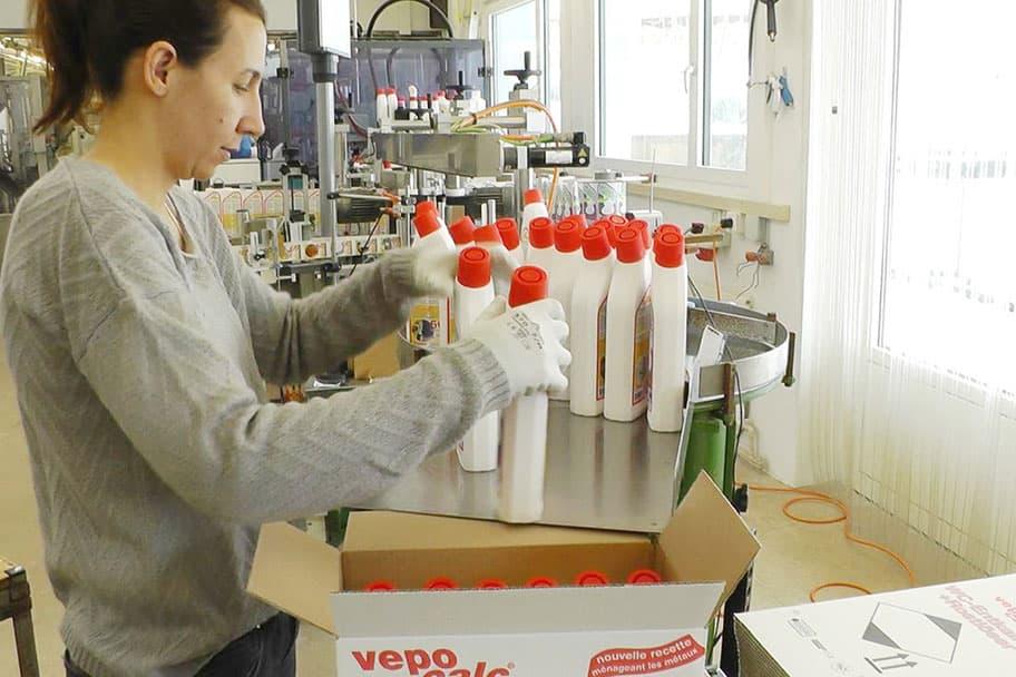 Unsere Mitarbeiterin kontrolliert die fertig abgefüllten und etikettierten Flaschen.